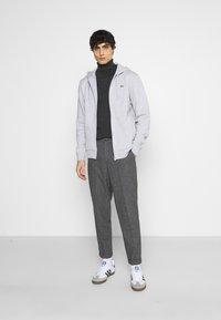 Lacoste - CLASSIC HOODIE - Sweatshirt - silver chine/elephant grey - 1