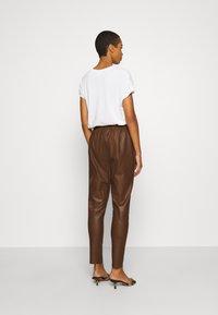 DEPECHE - PANT - Kožené kalhoty - tobacco - 2