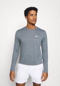 Nike Performance - MILER - Funkční triko - smoke grey/reflective silver - 0