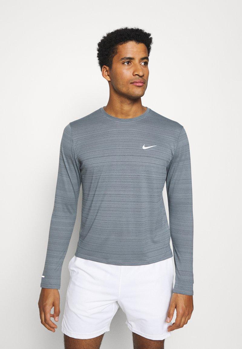 Nike Performance - MILER - Funkční triko - smoke grey/reflective silver