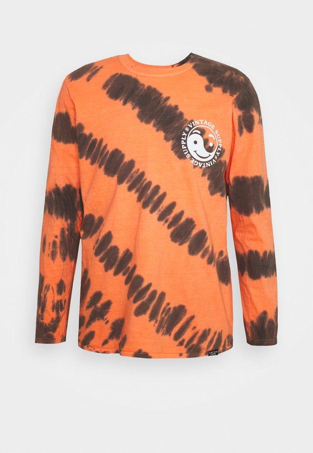CHEST PRINT TEE - Maglietta a manica lunga - orange