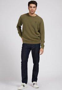 Guess - PATCH LOGO - Sweatshirt - grün - 1