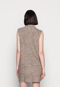 Pieces - PCFREE O NECK MINI DRESS - Jumper dress - silver mink - 2