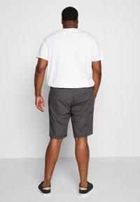TOM TAILOR MEN PLUS - Shorts - tarmac grey - 2