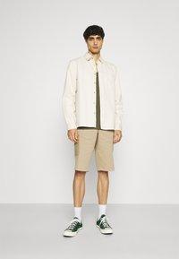 s.Oliver - BERMUDA - Shorts - beige - 1