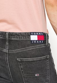 Tommy Jeans - DAD STRAIGHT - Jeans straight leg - barton black - 4