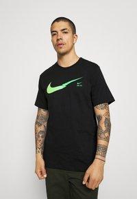 Nike Sportswear - ZIGZAG TEE - Printtipaita - black - 0