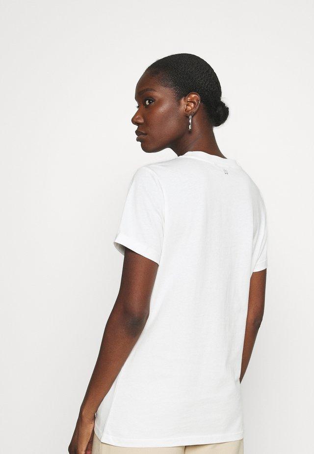 EMBOSSED  - Print T-shirt - star white