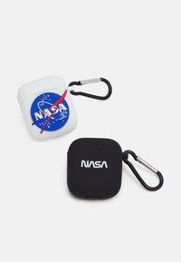 Urban Classics - NASA EARPHONE CASES UNISEX 2 PACK - Jiné doplňky - white/black - 0