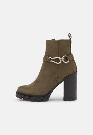 ONLBRAVE LIFE BUCKLE - Ankelboots med høye hæler - olive