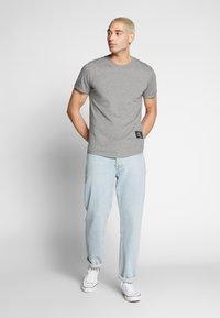 Calvin Klein Jeans - BADGE TURN UP SLEEVE - T-shirt imprimé - mid grey heather - 1
