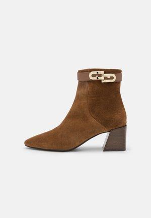 CHAIN BOOT - Kotníkové boty - cognac