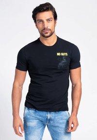 Guess - T-shirt con stampa - schwarz - 0