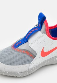 Nike Performance - FLEX RUNNER SE UNISEX - Neutrala löparskor - particle grey/bright crimson/light smoke grey - 5
