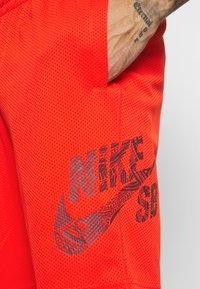 Nike SB - SUNDAY UNISEX - Shorts - chile red/dark beetroot - 5