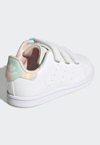 adidas Originals - STAN SMITH ORIGINALS PRIMEGREEN SHOES UNISEX - Sneakers basse - ftwr white/haze coral/ftwr white - 2
