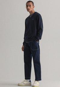 GANT - CLASSIC COTTON V-NECK - Pullover - evening blue - 4