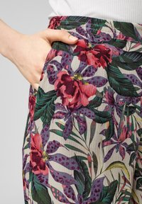 QS by s.Oliver - Trousers - beige floral aop - 3
