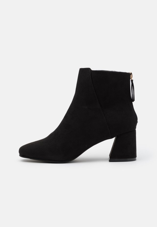 WIDE FIT BRICKS SQUARE TOE FLARED BLOCK HEEL BOOT - Botines - black