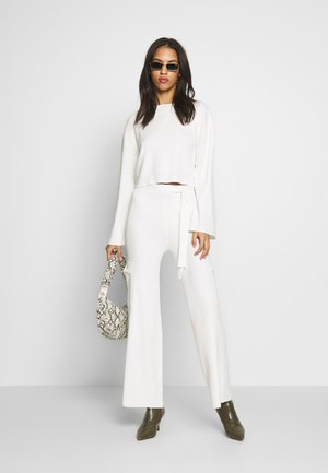 SET TOP AND TROUSERS - Svetr - white