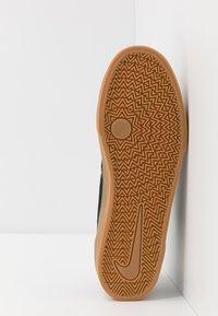 Nike SB - CHARGE - Sneakersy niskie - black/light brown - 4