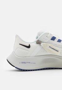 Nike Performance - AIR ZOOM PEGASUS FLYEASE - Neutrala löparskor - summit white/black/dark purple dust/platinum tint - 5