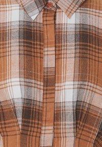 Missguided Petite - PLEATED WAIST DRESS CHECK - Shirt dress - rust - 5