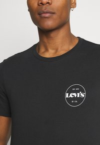 Levi's® - CREWNECK GRAPHIC 2 PACK - T-shirt con stampa - madder brown/caviar - 7
