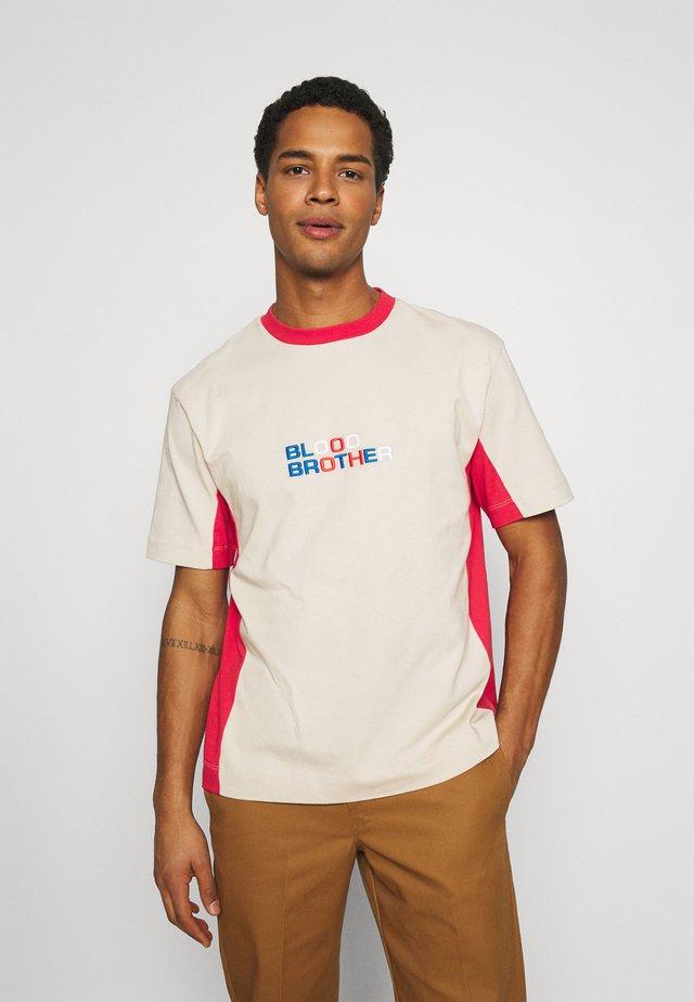 DOLLIS TEE UNISEX - T-shirt print - beige/red