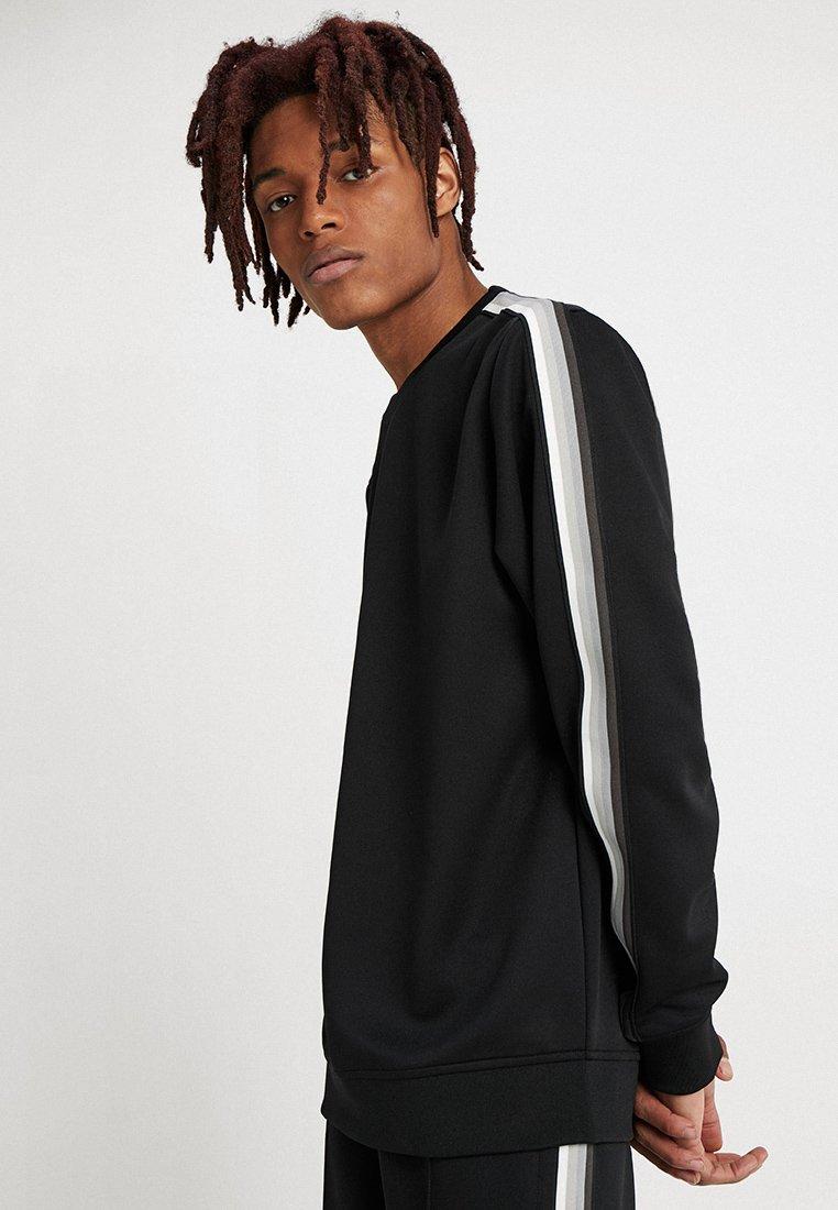 Urban Classics - SLEEVE TAPED CREWNECK - Sweatshirt - black/grey