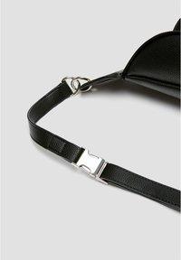 PULL&BEAR - SCHWARZE GÜRTELTASCHE MIT KETTE 14007540 - Bum bag - black - 5
