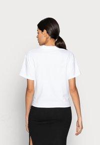 Calvin Klein Jeans - KNOTTED TEE - Triko spotiskem - white - 2
