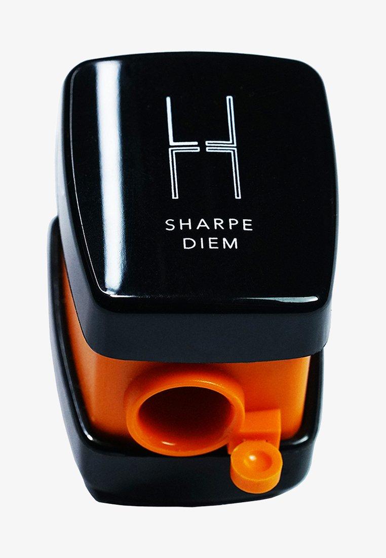 Linda Hallberg - SHARPE DIEM SHARPENER - Accessori viso - -