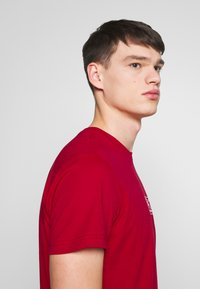 EA7 Emporio Armani - Print T-shirt - tango red - 3