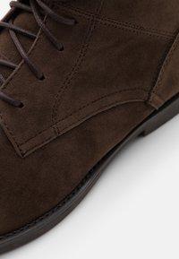 Pier One - Šněrovací kotníkové boty - dark brown - 5