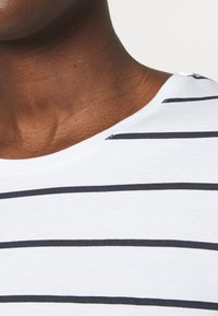Casa Amuk - LONG SLEEVE SADDLE HEM - Long sleeved top - white/blue - 4