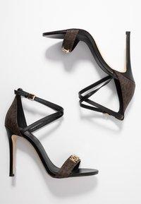 MICHAEL Michael Kors - GOLDIE SINGLE SOLE - Sandalen met hoge hak - black/brown - 3