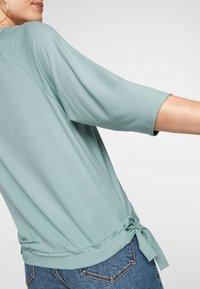 s.Oliver - À NŒUDS DÉCORATIFS - Long sleeved top - light green - 2