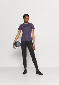 Nike Performance - Camiseta estampada - dark raisin/siren red - 1