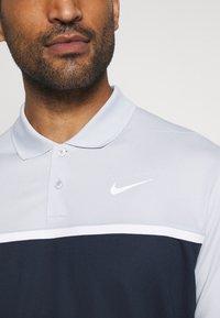 Nike Golf - DRY VICTORY - Funkční triko - sky grey/obsidian/white - 5