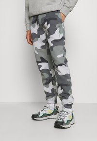 Hollister Co. - Tracksuit bottoms - green camo - 0