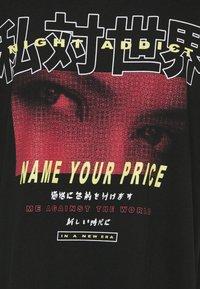 Night Addict - PRICE - T-shirt med print - black - 6