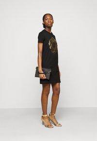Versace Jeans Couture - Vestito di maglina - black-gold - 1