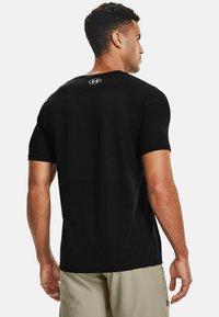 Under Armour - SEAMLESS SS - Print T-shirt - black - 2