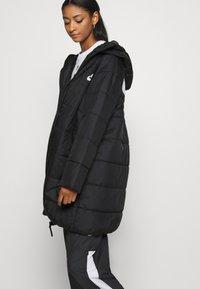 Nike Sportswear - CORE - Vinterkappa /-rock - black/white - 4