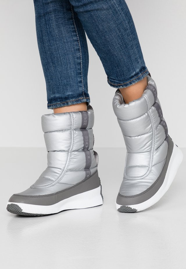 OUT ABOUT PUFFY MID - Winter boots - pure silver