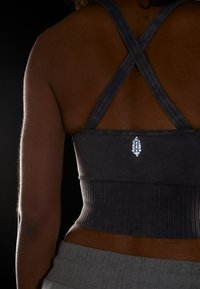 Free People - FP MOVEMENT GOOD KARMA CROP - Light support sports bra - graphite - 3