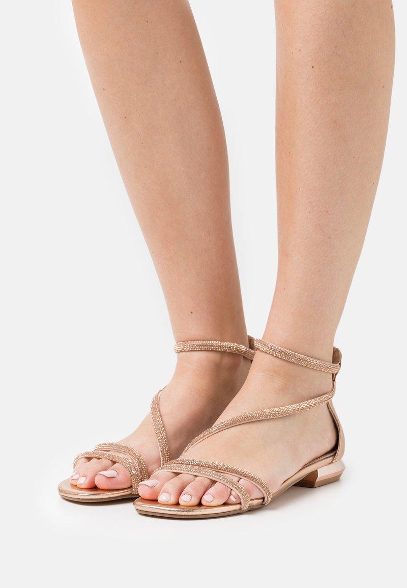 KHARISMA - Sandaalit nilkkaremmillä - rosa/oro