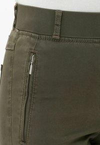 BRAX - STYLE LAVINA ZIP - Trousers - olive - 6