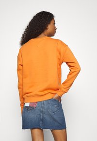 Tommy Jeans - TOMMY BADGE CREW - Sweatshirt - rustic orange - 2